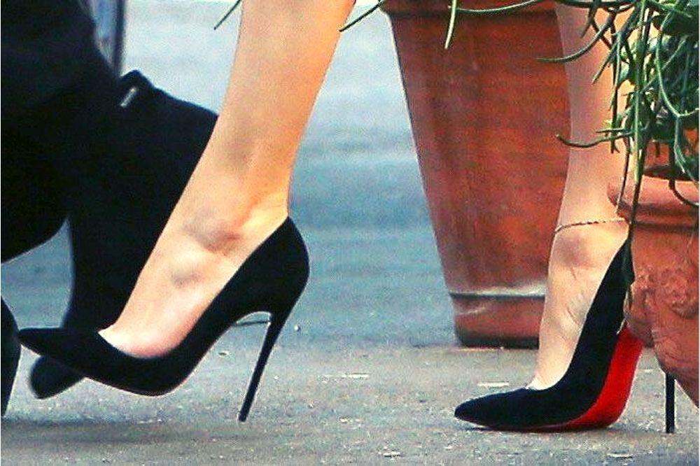 scarpe con suola rossa